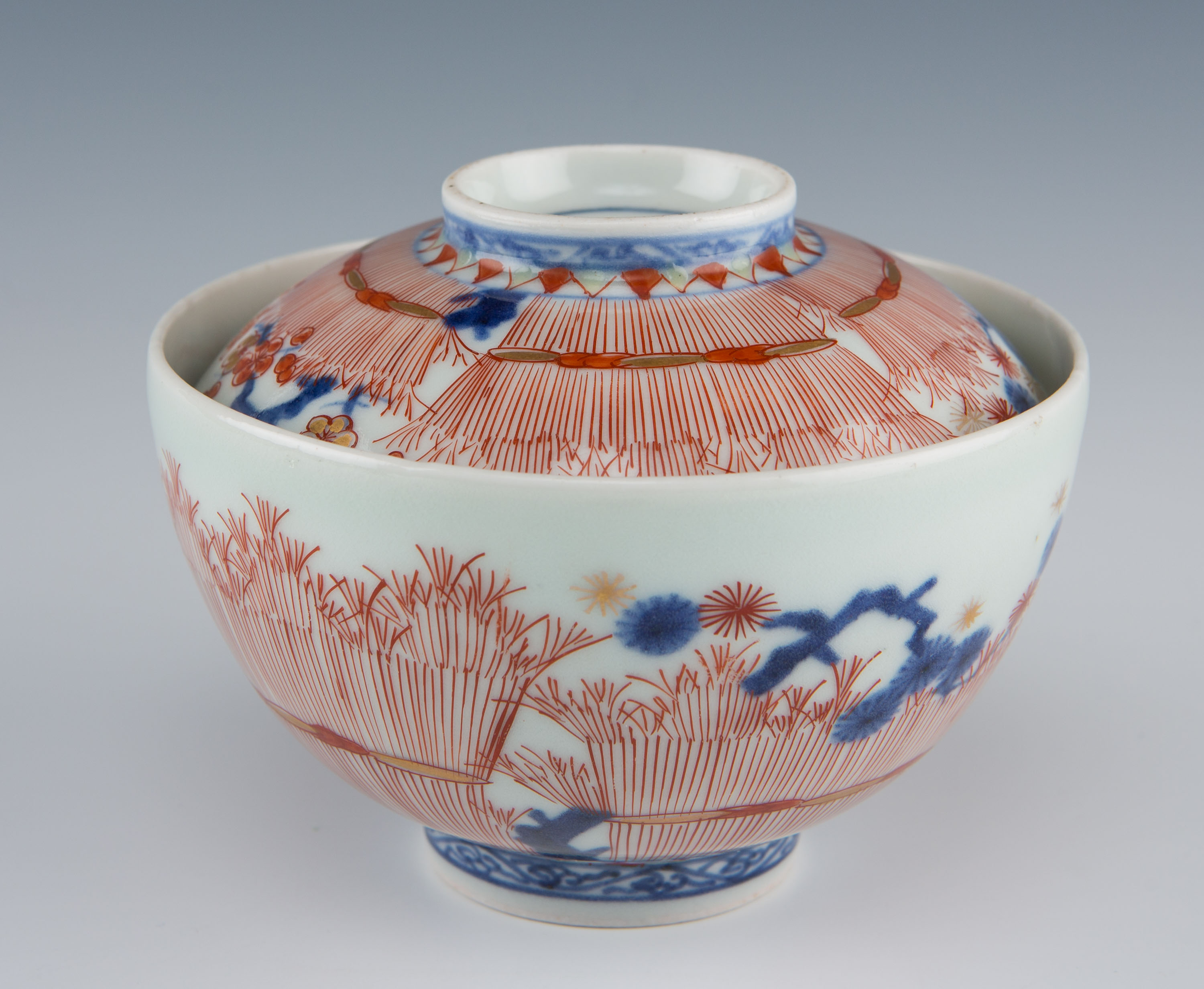 A pair of Japanese Imari covered bowls, 18th Century.