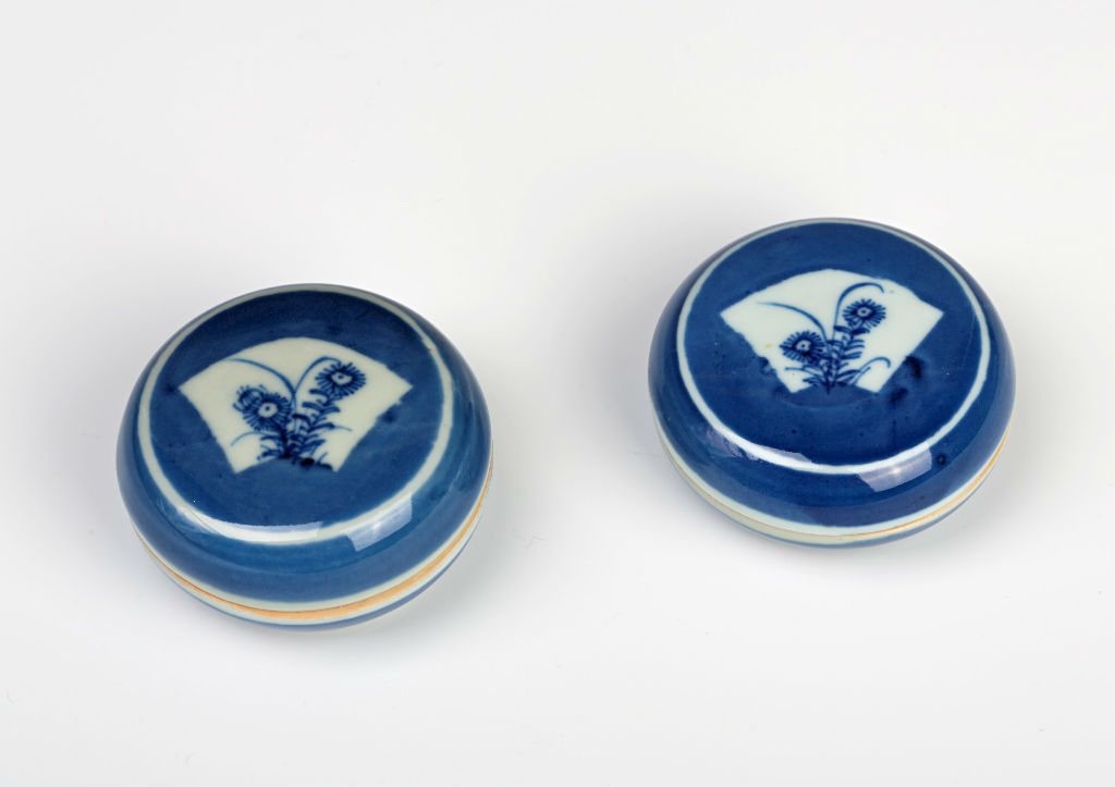 A pair of small Chinese blue and white cosmetic boxes and covers, Kangxi (1662-1722).