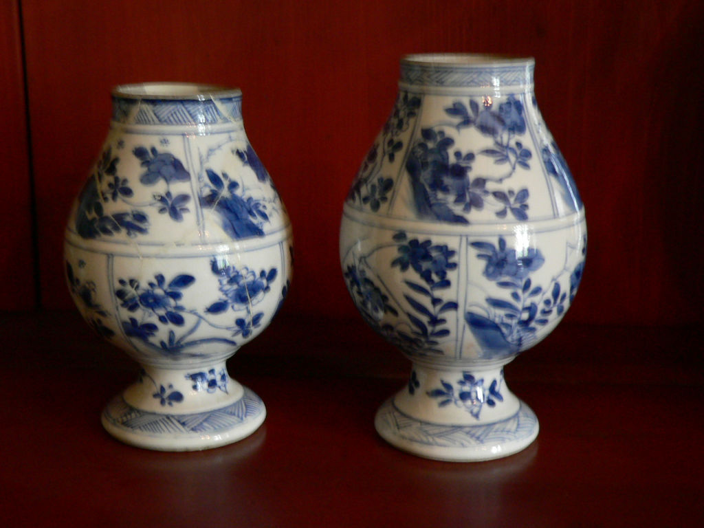 A set of three small, footed vases, Kangxi, (1662-1722).