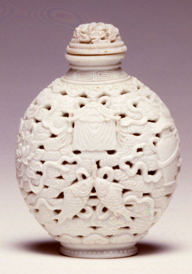 A porcelain moulded snuff bottle, 1770-1820.
