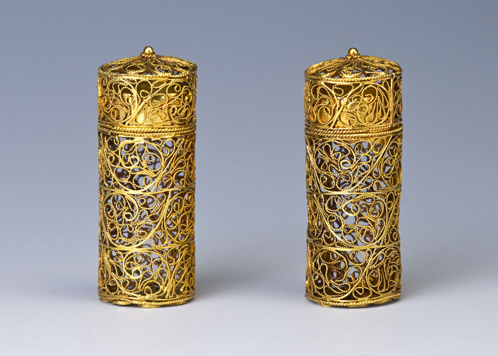 A pair of English gold scent bottle cases, about 1675.