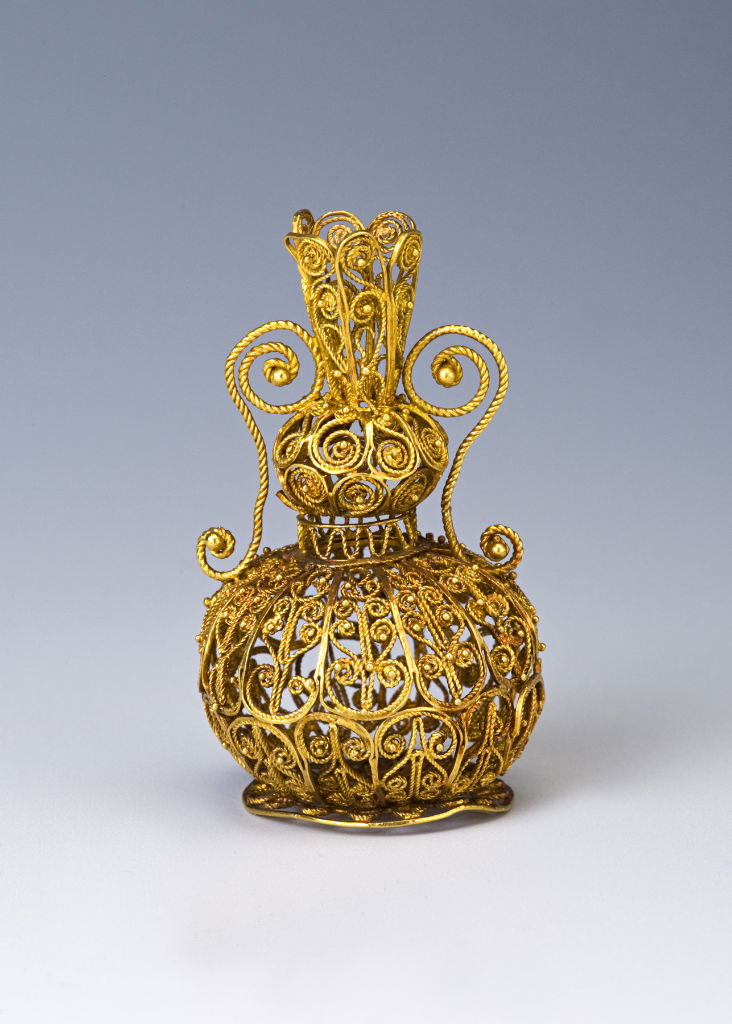 A  European gold filigree miniature vase, mid 17th Century.