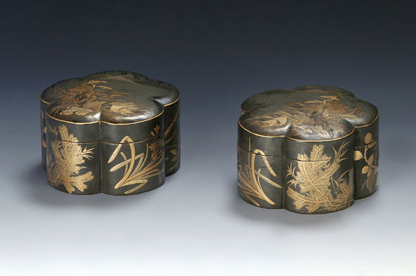 A pair of five-lobed boxes and covers, 18th Century.