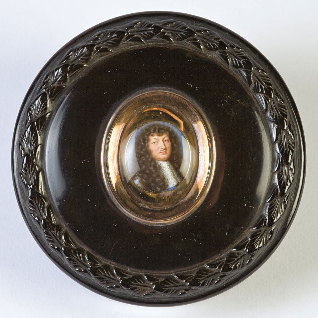A circular tortoiseshell snuff box, early 19th Century.