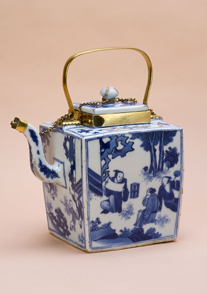 A blue and white wine vessel or teapot and cover, Chinese, circa 1640-50.