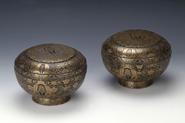 A pair of bowls and covers, late 17th/early 18th Century.