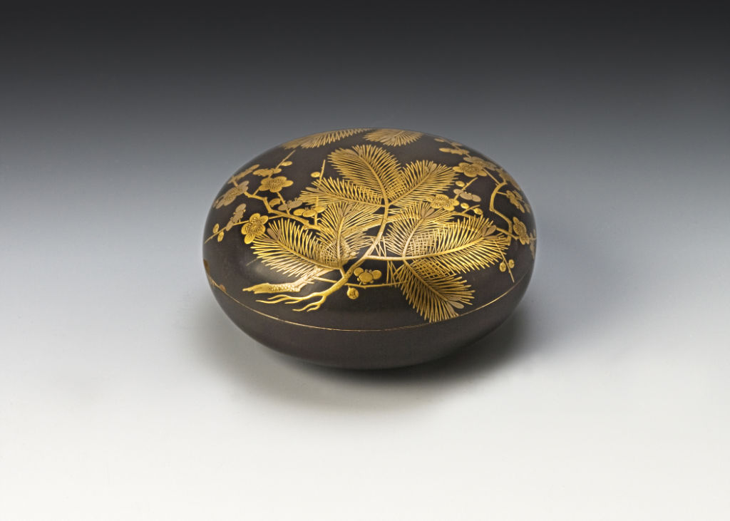 A manju-shaped box and cover, late 17th/early 18th Century.