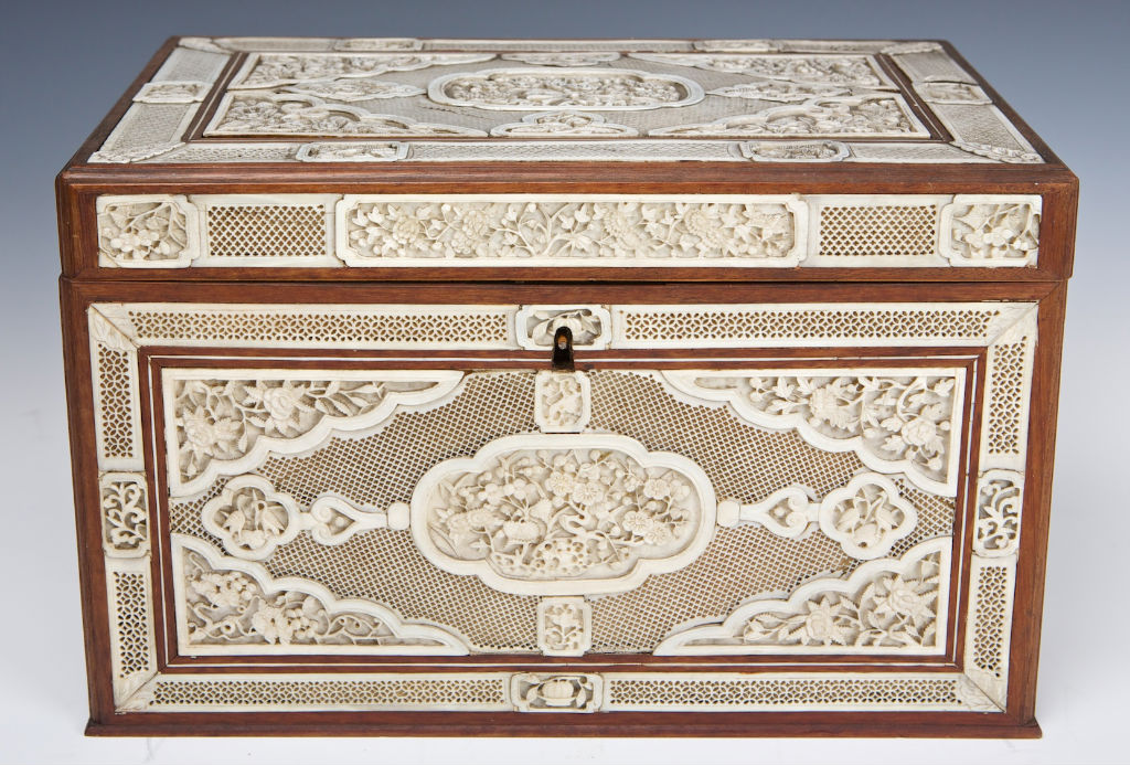 A Chinese export carved ivory box, Qianlong (1736-1795).