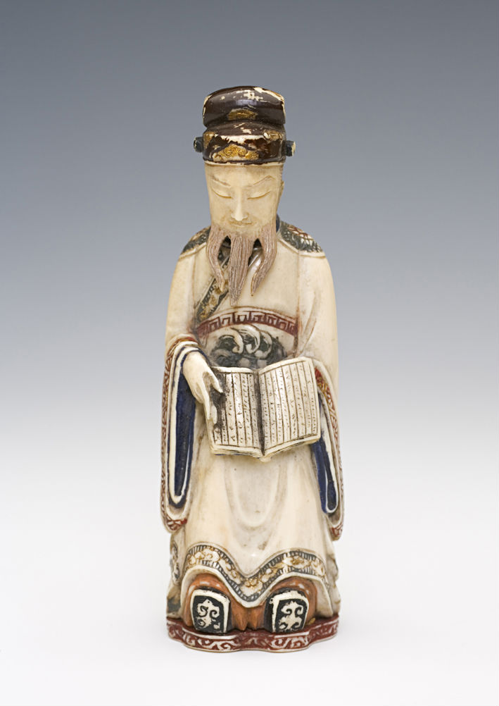 An ivory carved snuff bottle, Japanese, 1880-1940.