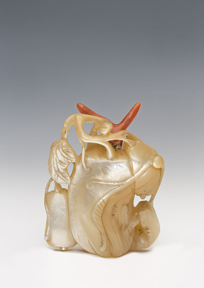 A mother-of-pearl snuff bottle, 1820-1900.