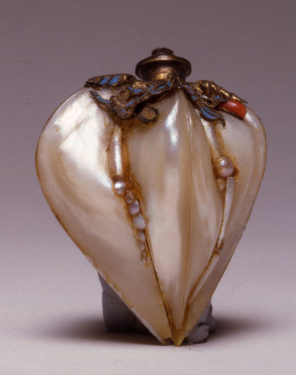 A mother-of-pearl snuff bottle, 1850-1900.