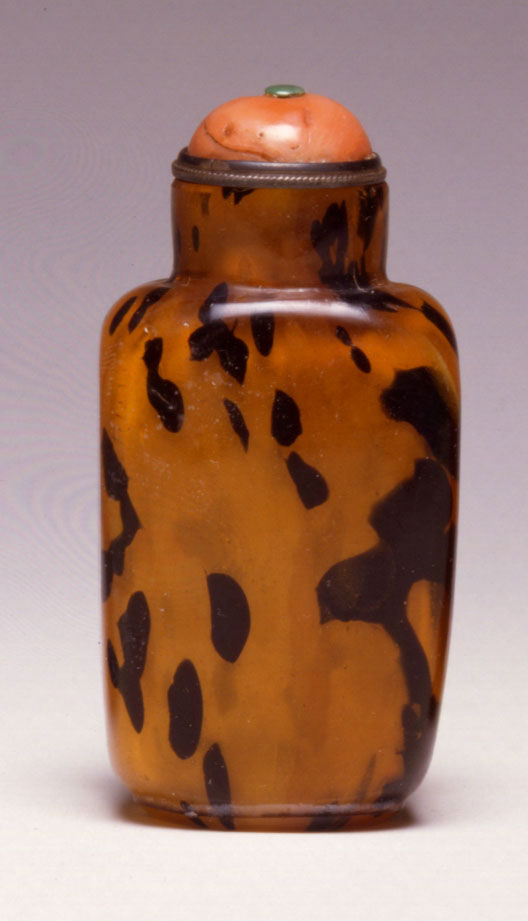 A mottled translucent brown glass snuff bottle, 1820-1880.