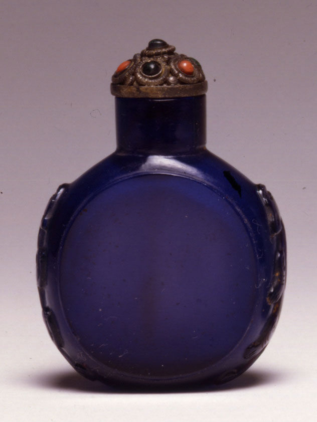 A deep purple glass snuff bottle, 1750-1850.