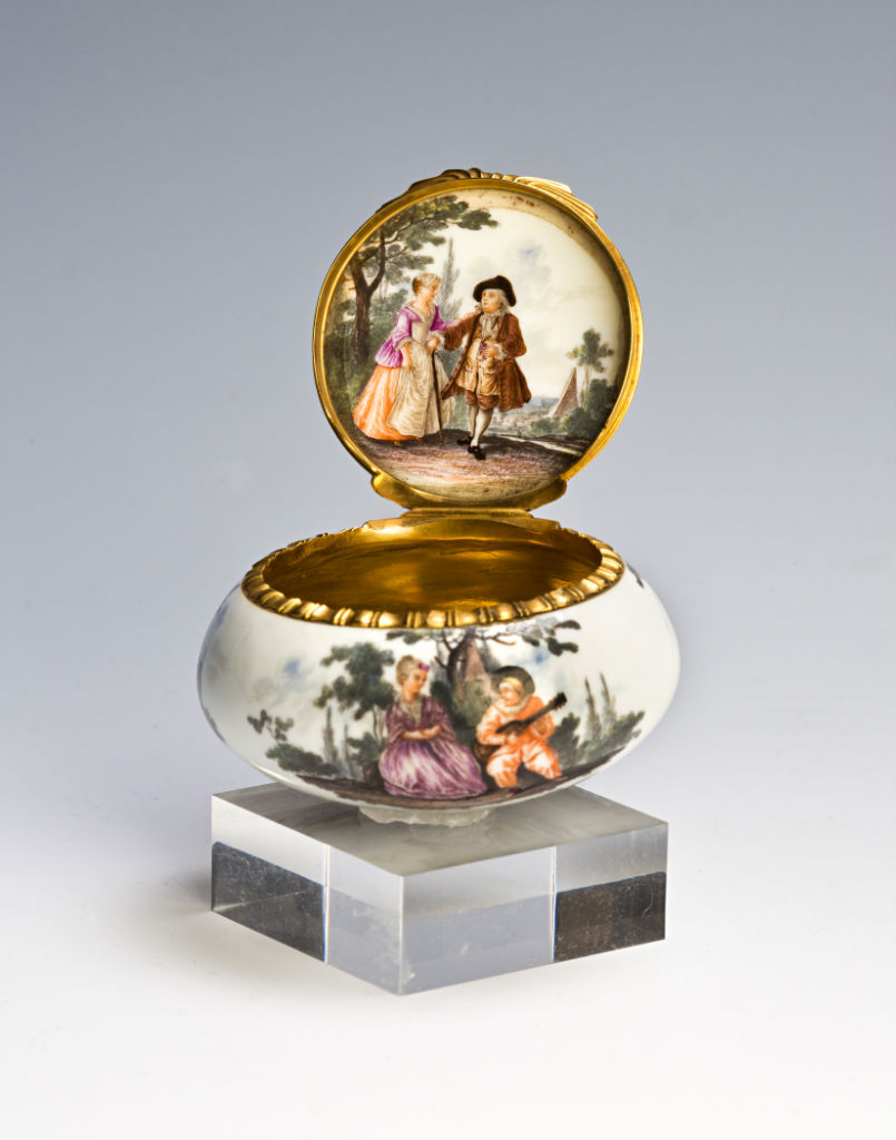 A squat circular Meissen or Berlin pill box, circa 1770.