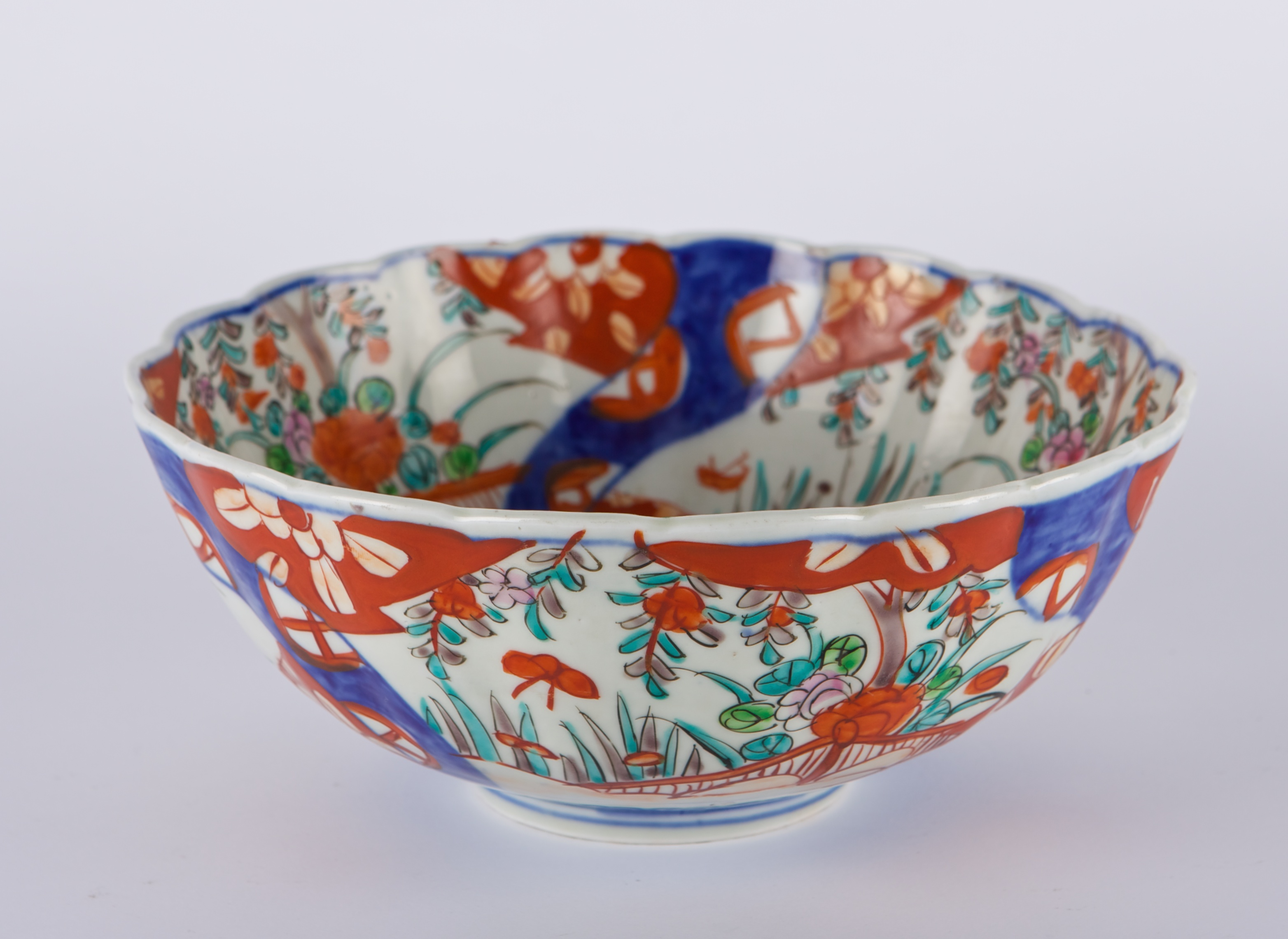 A Japanese Imari bowl, circa 1900.