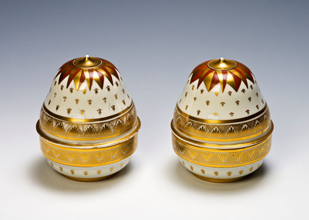 A pair of Chamberlains Worcester acorn-shaped boxes and covers, circa 1805.