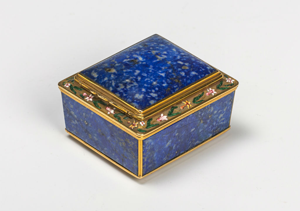An English hardstone snuff box , circa 1725.