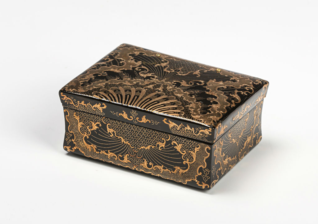 An Italian tortoiseshell and gold piqué snuff box.