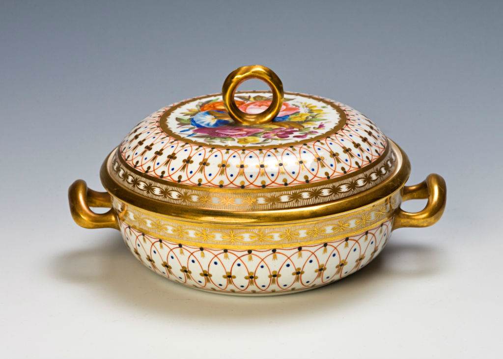A pair of Worcester (Chamberlain's) double-handled écuelles, covers and liners, circa 1810.