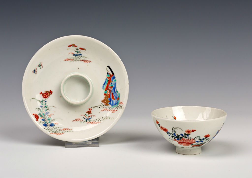 A pair of Kakiemon teabowls and trembleuse saucers, 18th Century.