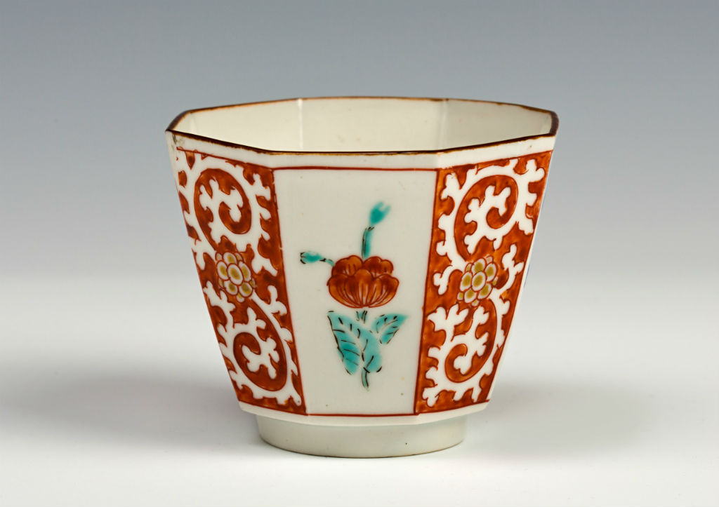 A small octagonal Kakiemon cup, late 17th Century.