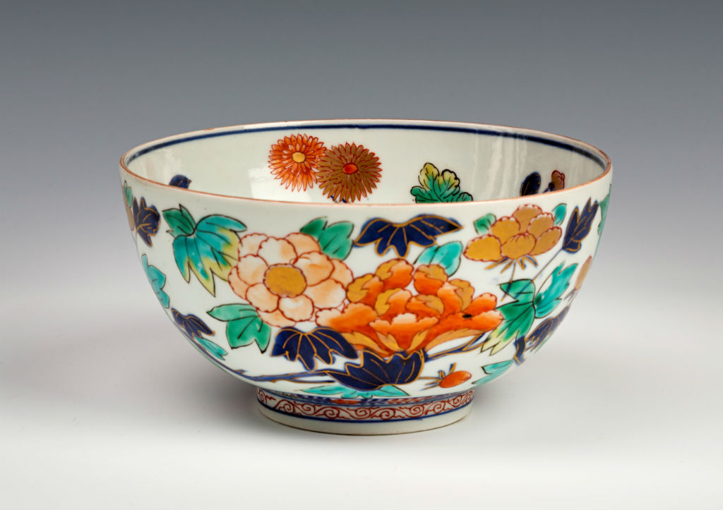 A pair of Japanese Imari bowls, late 17th/early 18th Century.