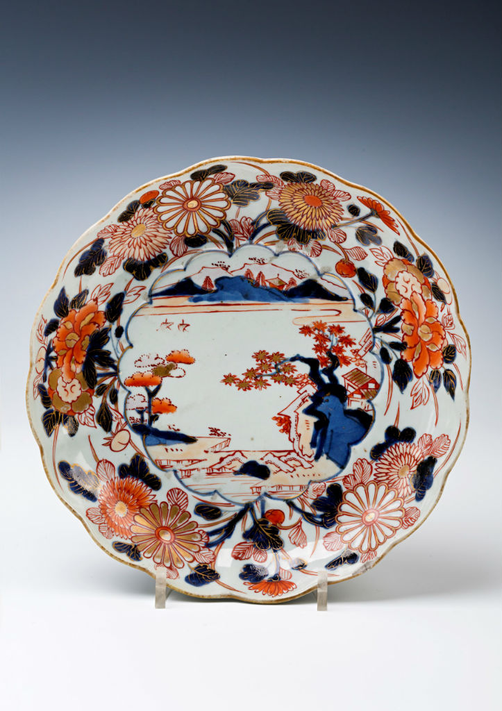A pair of  Japanese Imari chrysanthemum-shaped saucer dishes, early 18th Century.