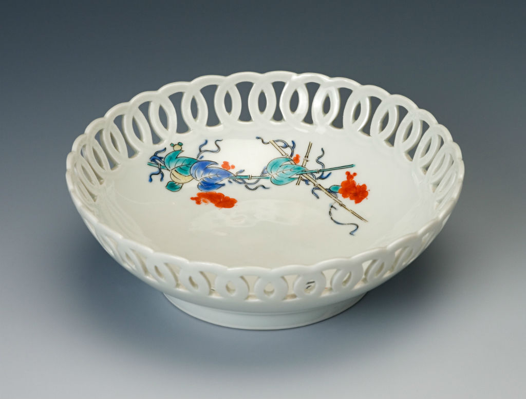 A pierced Kakiemon bowl, late 17th/early 18th Century.