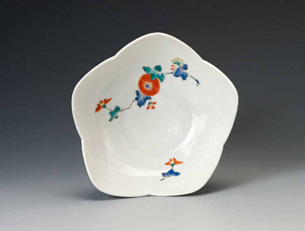 A pair of small cherry blossom-shaped Kakiemon bowls, 18th Century.