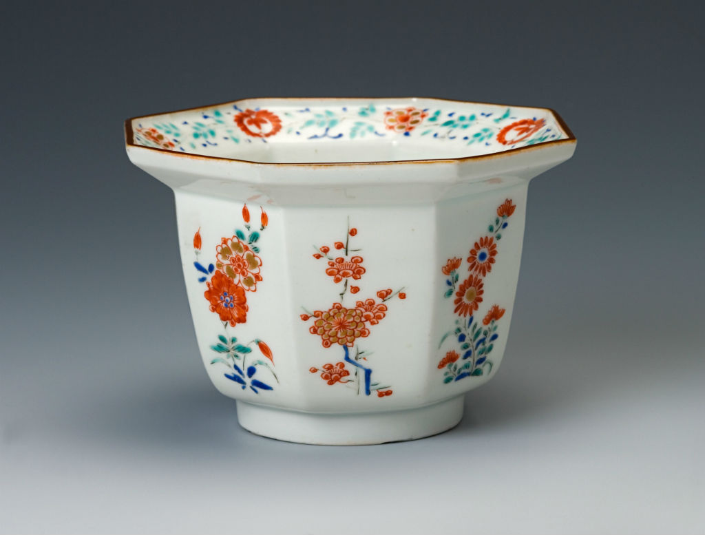 A pair of octagonal Kakiemon deep bowls, late 17th Century.