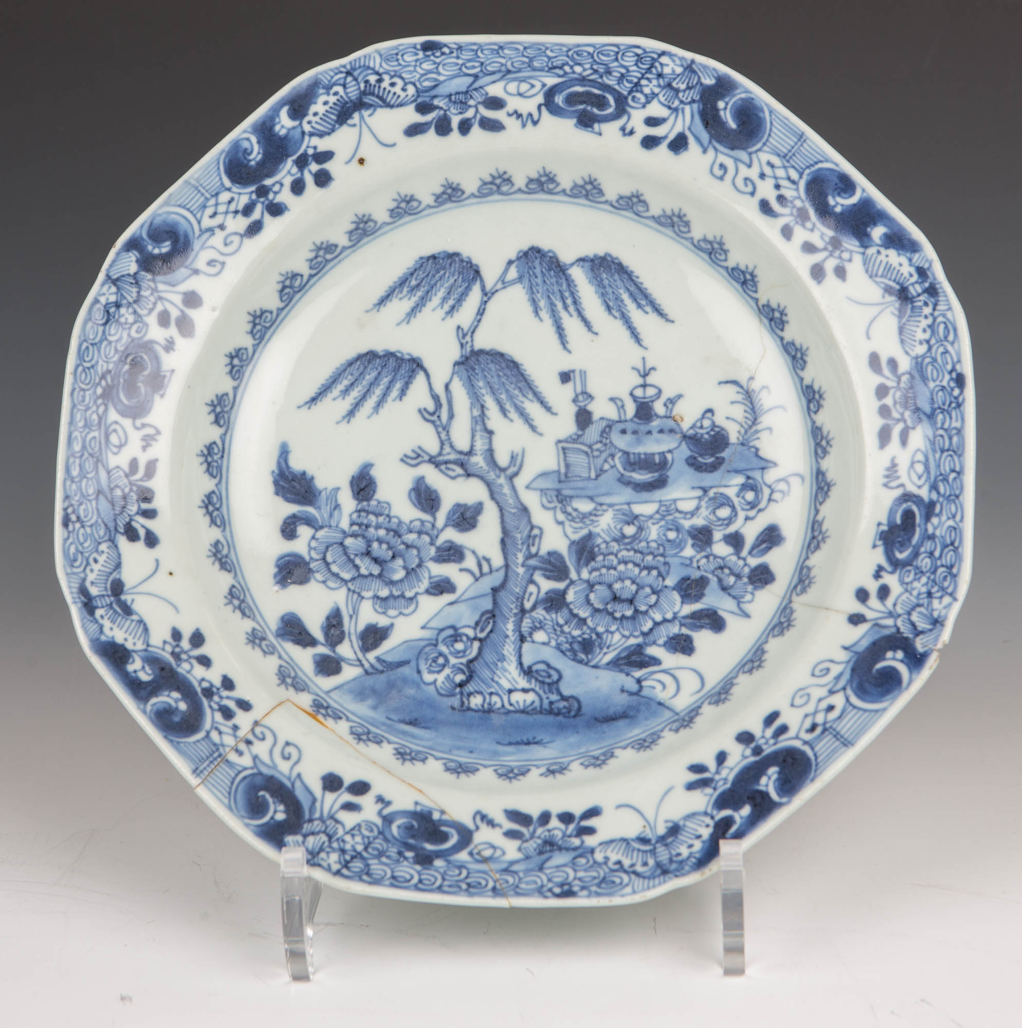 An octagonal blue and white Chinese plate, Qianlong (1736-1795).