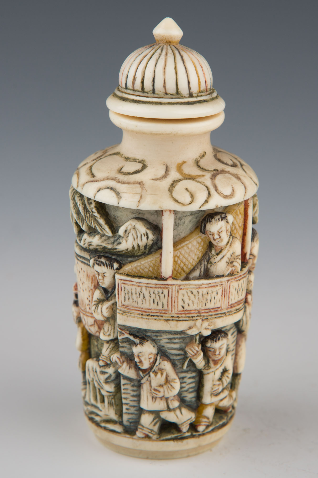 An ivory carved snuff bottle, 1800-1900.