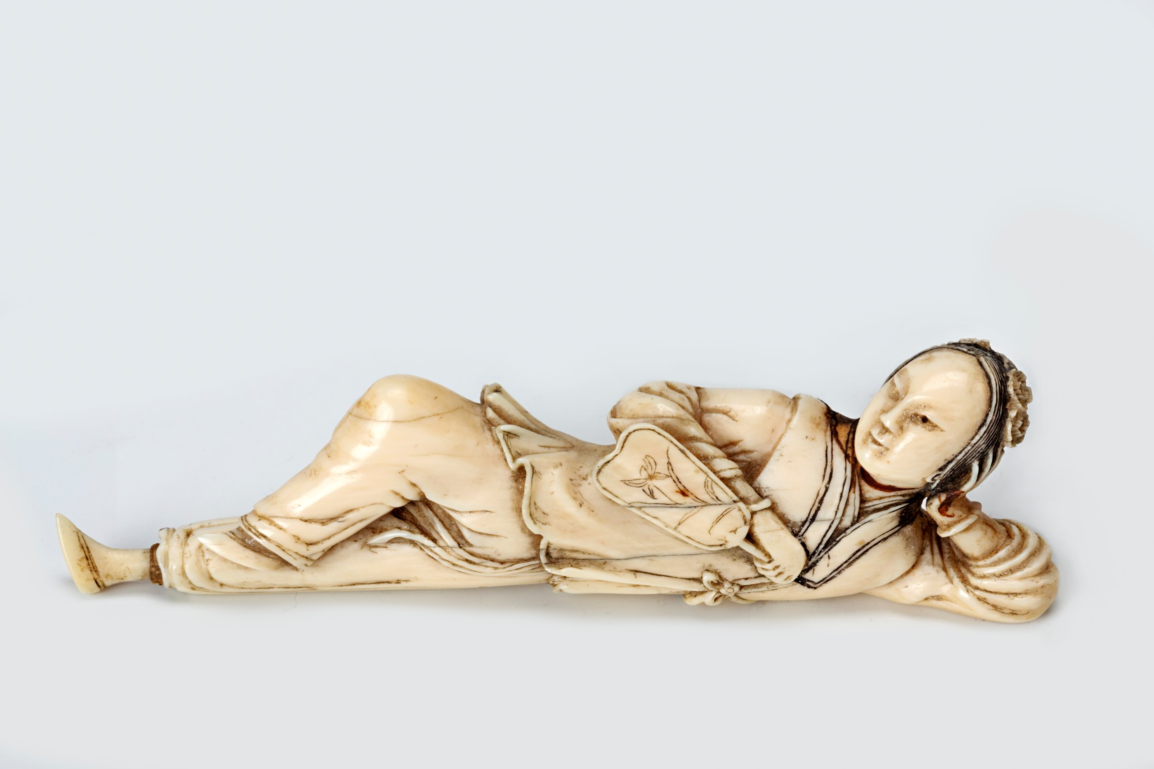 An ivory carved snuff bottle, Qianlong, (1736-1795).